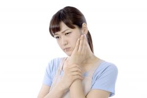 【症例】口を開けにくく、顎が痛む(37歳女性)
