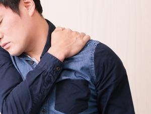 【症例】度重なる出張による、慢性的な肩こりと腰痛(40代男性)